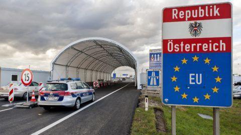 Miklóshalma, 2016. október 30. Ötven méter hosszú sátoralagút az osztrák-magyar határon, a miklóshalmai (Nickelsdorf) határátlépési pontnál 2016. október 30-án. A hegyeshalmi autópálya-átkelõ közelében, közvetlenül a határvonalon megépült alagút acél tartóoszlopaira fehér ponyvát húztak, amellyel az osztrák rendõröket védik az idõjárás viszontagságaitól ellenõrzések közben. MTI Fotó: Krizsán Csaba