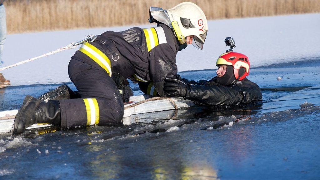 Győr, 2017. január 11.Egy tűzoltó jégről mentési gyakorlat közben, jobbról  Mátis Csaba, a Győri Speciális Mentők vezetője a győri újvárosi tavon 2017. január 11-én.MTI Fotó: Krizsán Csaba