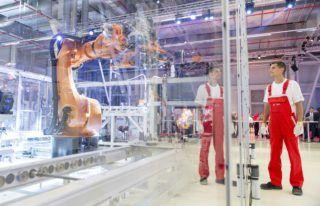 Gyõr, 2018. július 24. Dolgozó egy motor-összeszerelõ robotnál az Audi Hungaria Zrt. új, elektromos motorokat gyártó gyõri üzemcsarnokában az avatás napján, 2018. július 24-én. MTI Fotó: Krizsán Csaba