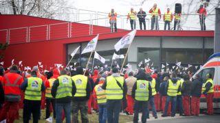 Gyõr, 2019. január 18. Az Audi Hungária Független Szakszervezet Sztrájkbizottságának felhívására dolgozók kétórás figyelmeztetõ sztrájkot tartanak a sikertelen bértárgyalások miatt a gyõri Audi Hungaria Zrt. gyárudvarán 2019. január 18-án. Az érdekképviselet követelési tartalmazzák, hogy a bérmegállapodást egy évre rögzítsék, úgy, hogy az alapbért kombinált béremelés alkalmazásával 18 százalékkal, de minimum 75 ezer forinttal emeljék meg. MTI/Krizsán Csaba