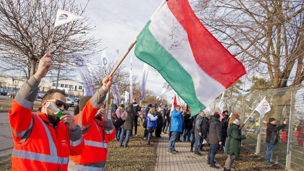 Gyõr, 2019. január 29. Az Audi Hungária Független Szakszervezet (AHFSZ) által január 24-én meghirdetett sztrájkkal szimpatizálók a gyõri Audi Hungaria Zrt. a kerítésén kívül 2019. január 29-én. A szakszervezet a sikertelen bértárgyalások miatt hirdetett sztrájkot. MTI/Krizsán Csaba