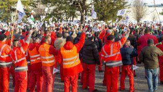 Gyõr, 2019. január 29. Az Audi Hungária Független Szakszervezet (AHFSZ) által január 24-én meghirdetett sztrájkban résztvevõ dolgozók a gyõri Audi Hungaria Zrt. gyárudvarán 2019. január 29-én. A szakszervezet a sikertelen bértárgyalások miatt hirdetett sztrájkot. MTI/Krizsán Csaba