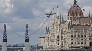Budapest, 2018. június 24. Az amerikai Michael Goulian repül az Országház elõtt Edge 540 típusú repülõgépével a Red Bull Air Race Master Class kategóriájának budapesti futamán 2018. június 24-én. MTI Fotó: Lakatos Péter