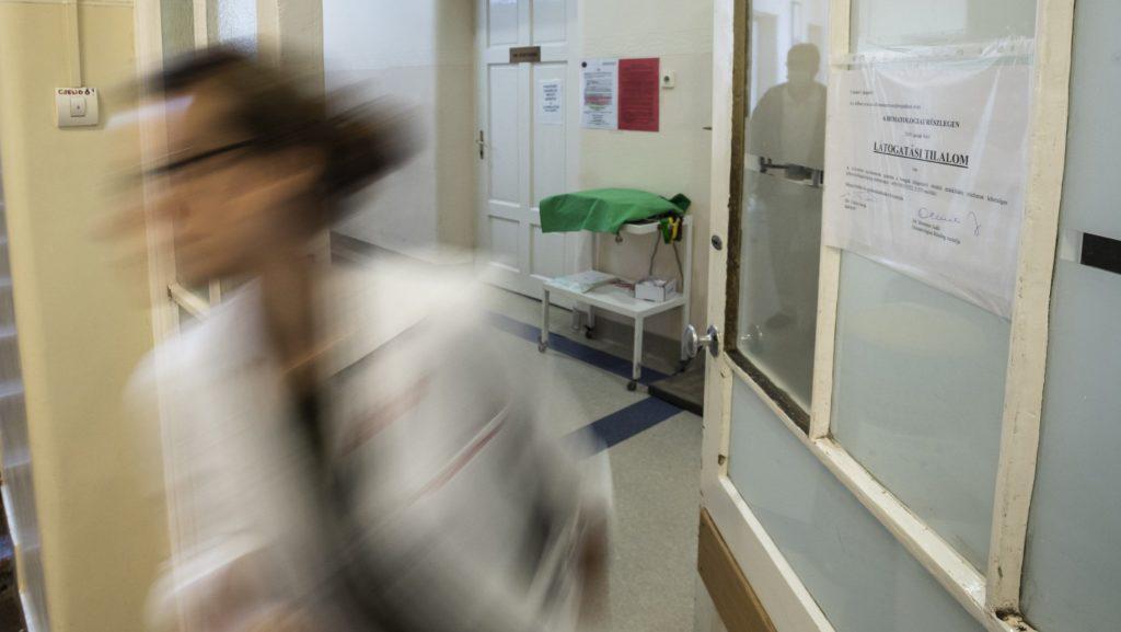 Budapest, 2019. január 15. Látogatási tilalomról szóló tájékoztató a budapesti Semmelweis Egyetem I. Sz. Belgyógyászati Klinika Hematológiai Részlegén 2019. január 15-én. Több kórházban látogatási tilalmat rendeltek el az influenzaszerû megbetegedések halmozódása miatt. MTI/Mónus Márton