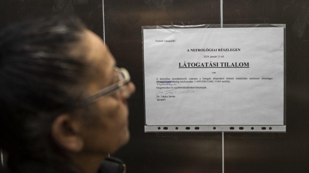 Budapest, 2019. január 15. Látogatási tilalomról szóló tájékoztató a budapesti Semmelweis Egyetem I. Sz. Belgyógyászati Klinikájának liftjében 2019. január 15-én. Több kórházban látogatási tilalmat rendeltek el az influenzaszerû megbetegedések halmozódása miatt. MTI/Mónus Márton