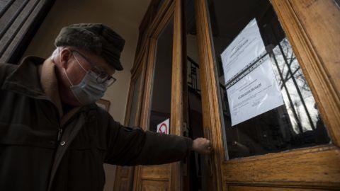 Budapest, 2019. január 15. Látogatási tilalomról szóló tájékoztató a budapesti Semmelweis Egyetem I. Sz. Belgyógyászati Klinikájának bejáratában 2019. január 15-én. Több kórházban látogatási tilalmat rendeltek el az influenzaszerû megbetegedések halmozódása miatt. MTI/Mónus Márton