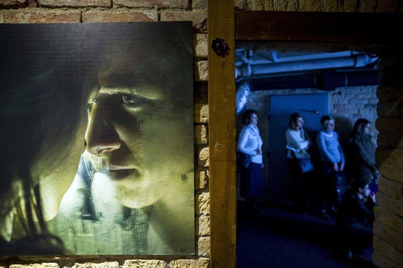 Budapest, 2018. március 21. Érdeklõdõk a Mennyit érsz? címû interaktív kiállításon a fõváros VII. kerületében 2018. március 21-én. A tárlat az emberkereskedelem áldozatainak világát mutatja be. MTI Fotó: Mohai Balázs