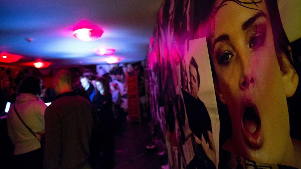Budapest, 2018. március 21.Érdeklődők a Mennyit érsz? című interaktív kiállításon a főváros VII. kerületében 2018. március 21-én. A tárlat az emberkereskedelem áldozatainak világát mutatja be.MTI Fotó: Mohai Balázs