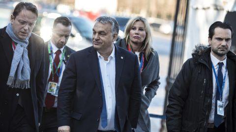 Brüsszel, 2018. december 13. A Miniszterelnöki Sajtóiroda által közreadott képen Orbán Viktor miniszterelnök (k) az Európai Néppárt (EPP) csúcstalálkozójára érkezik Brüsszelben 2018. december 13-án. A kormányfõ mellett Várhelyi Olivér nagykövet, a brüsszeli Állandó Képviselet vezetõje (b) és Havasi Bertalan, a Miniszterelnöki Sajtóirodát vezetõ helyettes államtitkár. Mögöttük Rahói Zsuzsanna miniszterelnöki fõtanácsadó. MTI/Miniszterelnöki Sajtóiroda/Szecsõdi Balázs