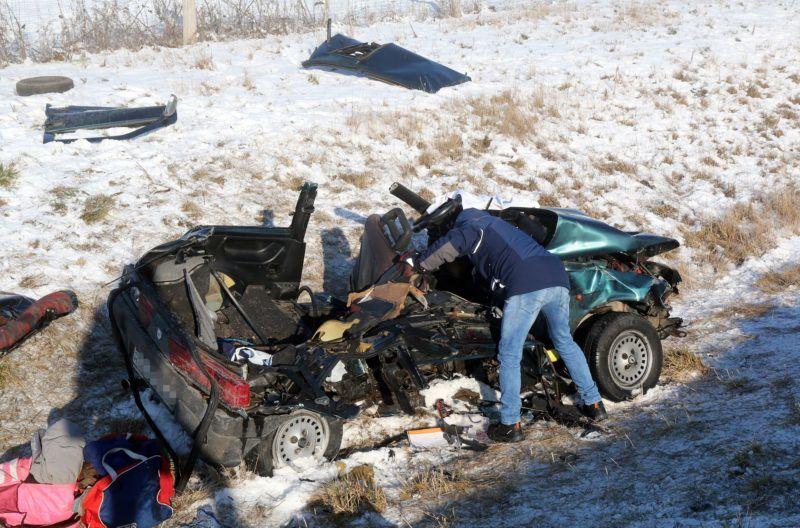 Mezõkeresztes, 2019. január 21. Összeroncsolódott személyautó az M3-as autópályán, Mezõkeresztes térségében 2019. január 21-én. Az autópálya Budapest felé vezetõ oldalán, a geleji pihenõ közelében nyolc személygépkocsi rohant egymásba. Az elsõdleges információk szerint a balesetben hárman meghaltak, ketten életveszélyesen, négyen könnyebben megsérültek. MTI/Vajda János
