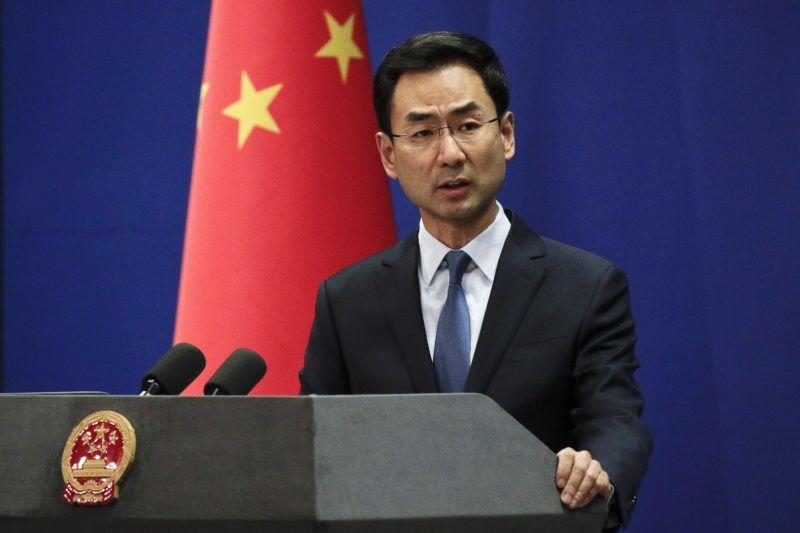 """Peking, 2019. január 29. Keng Suang, a kínai külügyminisztérium szóvivõje sajtótájékoztatót tart a pekingi külügyminisztériumban 2019. január 29-én, egy nappal azután, hogy az amerikai igazságügyi minisztérium banki csalás, kereskedelmi titkok ellopása és hatósági félrevezetése miatt két ügyben is vádemelést javasolt a Huawei kínai telekommunikációs óriáscég és pénzügyi igazgatója, a Washington kérésére Kanadában letartóztatott Meng Van-csou ellen. A szóvivõ felszólította az Egyesült Államokat, hogy hagyjon fel a kínai cégek """"indokolatlan üldözésével"""", és vonja vissza a Meng Van-csou elleni letartóztatási parancsot. MTI/AP/Andy Wong"""