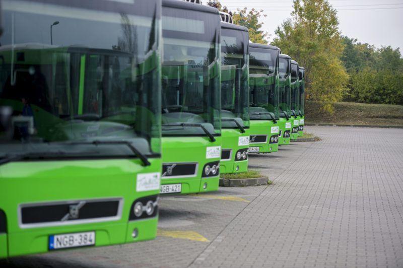 Pécs, 2015. október 16. Új, Volvo gyártmányú buszok a pécsi kertvárosi buszpályaudvaron 2015. október 16-án. A városi tulajdonú Tüke Busz Zrt. közbeszerzés keretében 115 darab új alacsonypadlós buszt vásárolt, köztük 38 csuklós jármûvet, amelyekbõl tizennyolc buszt állítottak ezen a napon forgalomba. MTI Fotó: Sóki Tamás