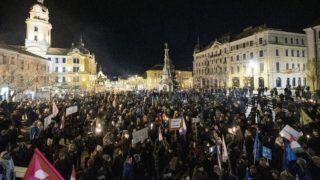 Pécs, 2019. január 4. Résztvevõk a munka törvénykönyvének módosítása ellen tartott demonstráción a pécsi Széchenyi téren 2019. január 4-én. MTI/Sóki Tamás