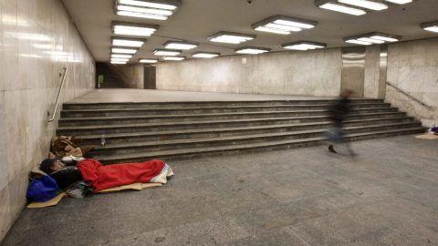 Budapest, 2010. december 15. Hajléktalan alszik a Nyugati téri aluljáróban 2010. december 14-én éjjel. December 15-én jár le a türelmi idõ a fõváros frekventáltabb aluljáróiban; a városvezetés azt kérte a hajléktalanokat segítõ szervezetektõl, hogy a határidõ lejártáig találjanak megfelelõ szállást a fedél nélkülieknek. MTI Fotó: Szigetváry Zsolt