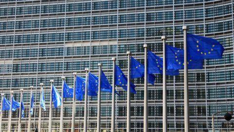Brüsszel, 2012. június 14. EU-zászlók lengenek az Európai Bizottság brüsszeli székháza elõtt. (MTI/EPA/Olivier Hoslet)