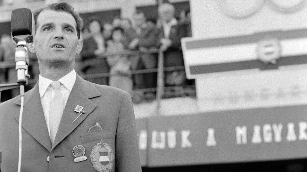 Budapest, 1960. szeptember 13. Kárpáti Rudolf olimpiai bajnok kardvívó beszél az olimpikonok nevében a hazatért magyar olimpiai csapat ünnepélyes fogadásán a Ferihegyi-repülõtéren. MTI Fotó: Mikó László