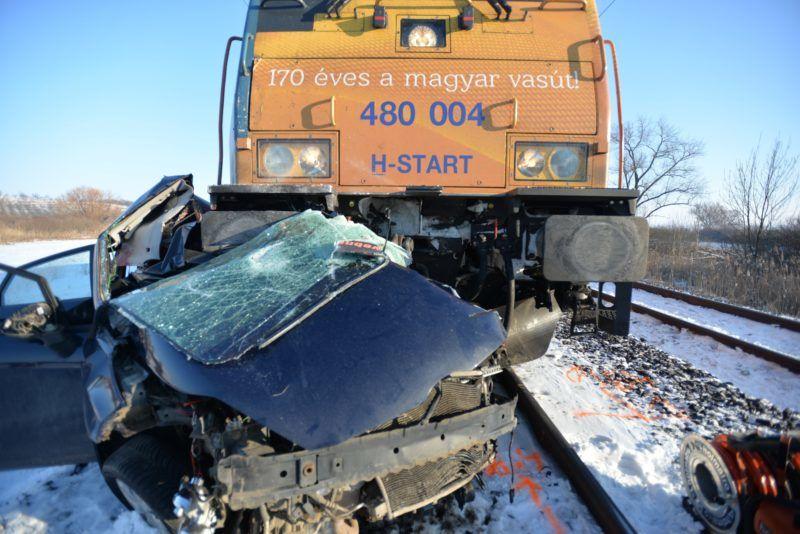 Galgahévíz, 2019. január 10. Összeroncsolódott személygépkocsi, miután a jármû vonattal ütközött egy vasúti átjáróban Galgahévíznél 2019. január 10-én. A vonat körülbelül ötszáz méteren tolta maga elõtt az autót. A kocsiban utazó két felnõtt a helyszínen életét vesztette. MTI/Mihádák Zoltán