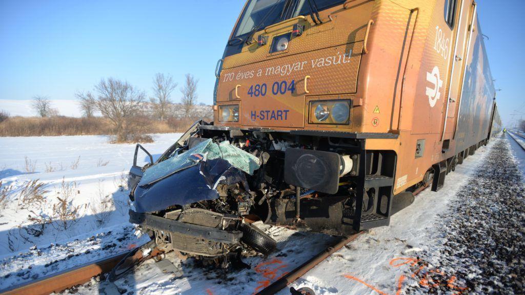 Galgahévíz, 2019. január 10. Összeroncsolódott személygépkocsi, miután a jármû vonattal ütközött egy vasúti átjáróban Galgahévíznél 2019. január 10-én. A vonat körülbelül ötszáz méteren tolta maga elõtt az autót. A kocsiban utazó két felnõtt a helyszínen életét vesztette. MTI/MTI Fotószerkesztõség/Mihádák Zoltán
