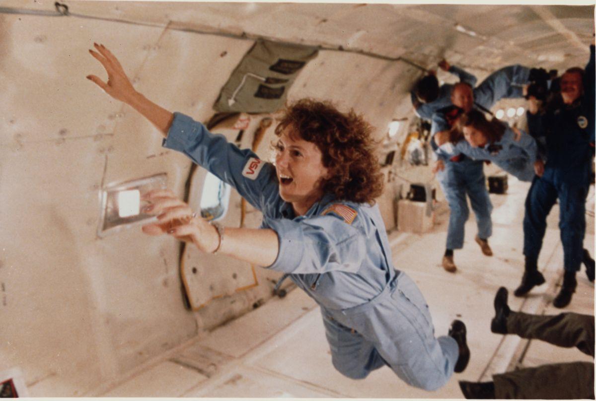 Sharon Christa McAuliffe tanár egy zéró gravitációs repülésen a Lyndon B. Johnson űrközpont felett Houstonban Fotó:  Keith Meyers/Corbis/VCG/ Getty Images