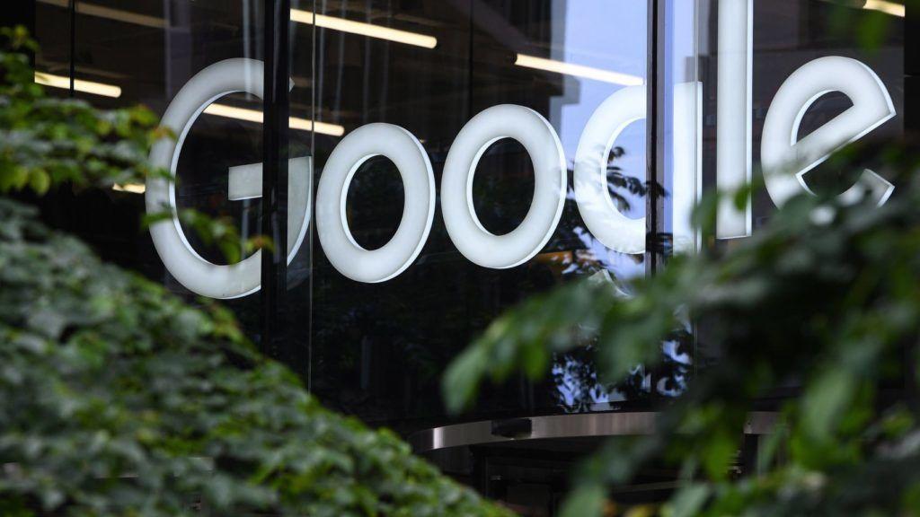 London, 2017. június 27. A Google amerikai informatikai óriáscég logója a londoni iroda bejárata felett 2017. június 27-én. Az Európai Bizottság rekordösszegû, mintegy 2,4 milliárd eurós bírságot szabott ki a Google-ra a versenyszabályok megsértése miatt, miután a cég a Google Shopping kereskedelmi szolgáltatás találatait kiemelt helyen szerepelteti a keresési találatok között, eltereli a fogyasztókat versenytársaitól és potenciálisan megkárosítja a vásárlókat. (MTI/EPA/Facundo Arrizabalaga)
