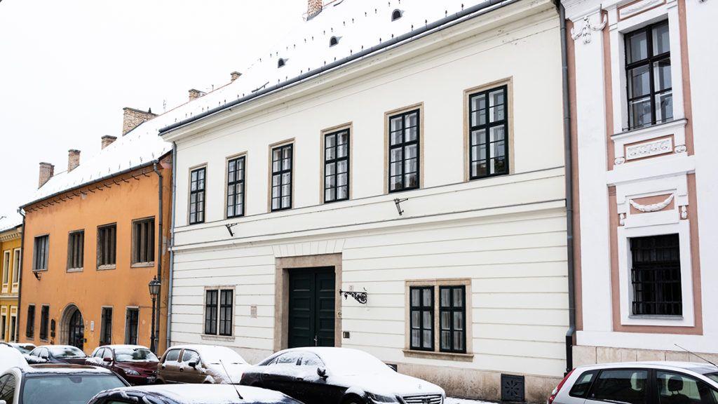 Image: 73858282, NER lovagok lak·sa. Orsz·gh·z utca 7. Emeletes, barokk, klasszicista homlokzat˙ lakÛh·z, jelentıs kˆzÈpkori rÈszletekkel. Egyes forr·sok szerint a kÈsı kˆzÈpkorban itt volt a budai pÈnzverde. A h·z a 18. sz·zad elejÈn Èp¸lt fel az 1686-ban elpusztult eredeti h·z maradv·nyainak felhaszn·l·s·val. Klasszicista homlokzat·t 1830-ban kaphatta. 1934-ben neobarokk modorban ·tÈpÌtettÈk, majd 1957-ben klasszicista alakj·ra lett vissza·llÌtva. Kapualj·ban balra fÈlkˆrÌves gÛtikus ¸lıf¸lke van. A belsı traktusban lÈvı kÈt gÛtikus ¸lıf¸lke szintÈn fÈlkˆrÌves. Klasszicista lÈpcsıh·za van., Place: Budapest, Hungary, License: Rights managed, Model Release: No or not aplicable, Property Release: Yes, Credit: smagpictures.com