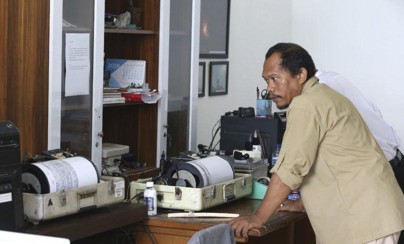 Carita, 2018. december 27. Szeizmográfot vizsgál egy szakember az indonéziai Caritában 2018. december 27-én, öt nappal a Jáva és Szumátra szigetek közötti Szunda-szoros térségében, Banten és Lampung tartományokban keletkezett szökõár után. A katasztrófa következtében legalább 430 ember életét vesztette, 160 eltûnt és több mint 1500 megsérült. MTI/AP/Achmad Ibrahim