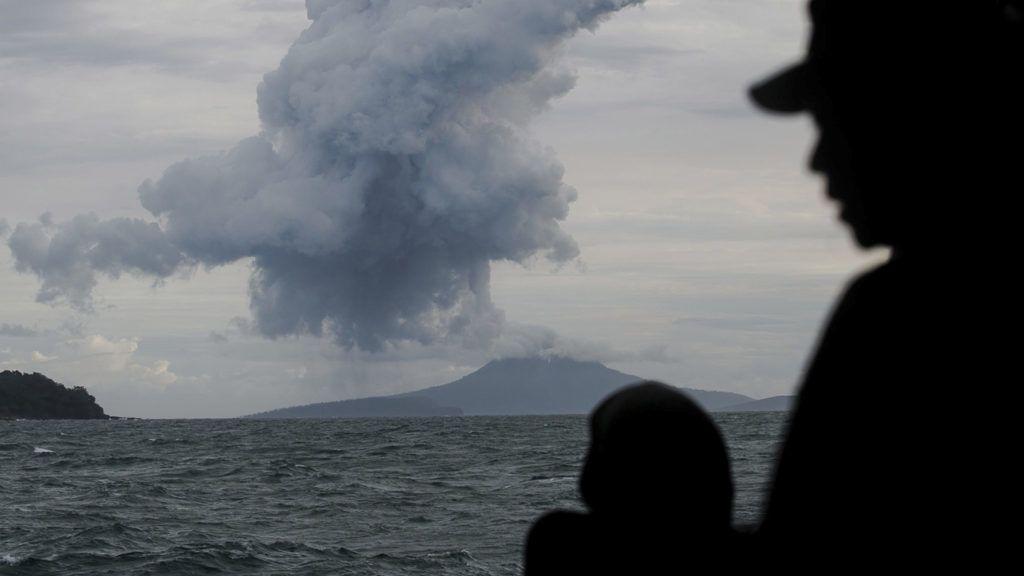 Szunda-szoros, 2018. december 28.Sűrű füstöt lövell ki az Anak Krakatau tűzhányó az indonéziai Szunda-szorosban a haditengerészet egyik hajójáról nézve 2018. december 28-án. December 22-én a Jáva és Szumátra szigetek közötti Szunda-szoros térségében, Banten és Lampung tartományokban szintén az Anak Krakatau kitörése után keletkezett szökőár, amelynek következtében legalább 426 ember életét vesztette és több mint 7200 megsérült.MTI/AP/Fauzy Chaniago