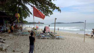 Ko Szamuj, 2019. január 3. Viharra figyelmeztetõ vörös zászlót emel a magasba egy férfi a Thaiföld déli részén fekvõ Ko Szamuj szigeten 2019. január 3-án. Több tízezer embert menekítenek ki tengerparti területekrõl Thaiföld déli részén a Pabuk trópusi vihar miatt, a következõ napokban nagy mennyiségû esõ várható, a hullámok akár az ötméteres magasságot is elérhetik, ezért tilos a hajózás és a tengeri fürdés a térségben. MTI/AP/Sithipong Charoenjai