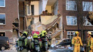 Hága, 2019. január 27. Mentõalakulatok tagjai dolgoznak egy feltehetõen véletlen gázrobbanás következtében összedõlt háromszintes lakóház romjainál Hágában 2019. január 27-én. Két sérültet sikerült kimenteni, õket kórházba szállították, de a tûzoltóság szerint még többen rekedhettek a romok alatt. MTI/AP/Wong Maye-E