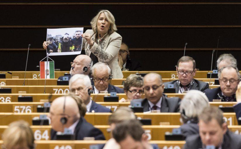 Brüsszel, 2019. január 30. Morvai Krisztina, európai parlamenti független képviselõ a hetekben zajló francia zavargásokon készült fotók egyikét mutatja a magyar jogállamiság helyzetérõl tartott vitán a parlament plenáris ülésén Brüsszelben 2019. január 30-án. MTI/AP/Geert Vanden Wijngaert