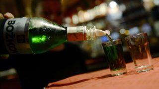 Prága, 2012. szeptember 12. Olcsó szeszes italt tölt poharakba egy nõ egy prágai kocsmában 2012. szeptember 12-én. Metilalkohollal készített vodka és borókapálinka okozott mérgezést Csehországban, ahol a halálos áldozatok száma tizenötre emelkedett, kórházakban pedig több tucat embert kezelnek mérgezéssel, közülük mintegy húsznak válságos az állapota. (MTI/EPA/Filip Singer)