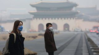 Szöul, 2014. február 26. A Kína felõl érkezõ szmog és szállópor miatt szájmaszkot viselnek az emberek Szöul belvárosában 2014. február 26-án. (MTI/EPA/Yonhap)