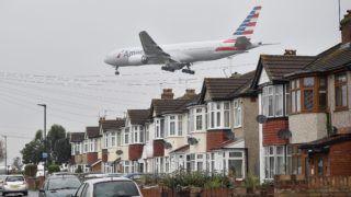 London, 2016. október 25. Az American Airways légitársaság egyik gépe a lakóházak felett repül útban a londoni Heathrow repülõtérre 2016. október 25-én. A repülõtér harmadik, új kifutópályájának megépítését a Heathrow szomszédságában fekvõ települések lakosainak többsége és a környezetvédõ mozgalmak is ellenzik. (MTI/EPA/Hannah McKay)
