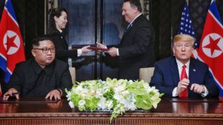 Szingapúr, 2018. június 12. Mike Pompeo amerikai külügyminiszter (j2) és Kim Jo Dzsong, a Koreai Munkapárt agitációs- és propagandaosztályának helyettes vezetõje, Kim Dzsong Un észak-koreai vezetõ húga (b2) kicserélik a Donald Trump amerikai elnök (j) és a phenjani vezetõ által aláírt közös nyilatkozat dokumentumait a szingapúri Sentosa szigeten fekvõ Capella Hotelben rendezett csúcstalálkozójuk végén 2018. június 12-én. A történelmi jelentõségû összejövetel során elõször ült tárgyalóasztalhoz hivatalban lévõ amerikai elnök az észak-koreai vezetõvel. (MTI/EPA/The Straits Times/Kevin Lim)
