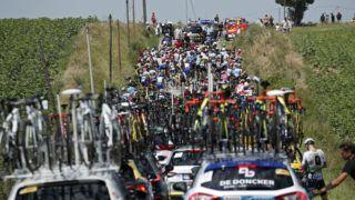 Carcassonne, 2018. július 24. Versenyzõk várakoznak, amikor a rendõrök feloszlatják a helyi gazdák tiltakozó megmozdulását a 105. Tour de France profi országúti kerékpáros körverseny tizenhatodik, Carcassonne és Bagneres-de-Luchon közötti 218 kilométeres szakaszán 2018. július 24-én. A mezõny az oszlatás után néhány perccel folytatta útját. (MTI/EPA/Yoan Valat)