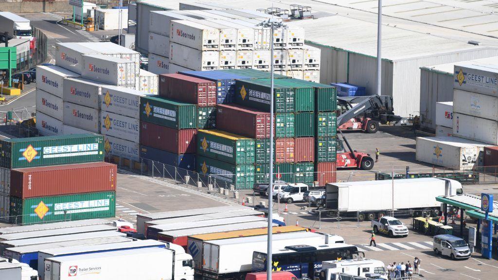 Dover, 2018. augusztus 1. Kamionok és konténerek a doveri kikötõben 2018. július 31-én. (MTI/EPA/Facundo Arrizabalaga)