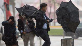 Málaga, 2018. október 18. Járókelõk az erõs szél miatt kifordult esernyõvel a kezükben a dél-spanyolországi Málagában 2018. október 18-án. A spanyol hatóságok narancssárga riasztást adtak ki a Földközi-tenger térségében a hatalmas esõzések miatt. Egy négyzetméternyi területre, akár 60 liternyi csapadék hullhat óránként. MTI/EPA/Daniel Perez
