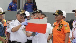 Jakarta, 2018. október 30. Soerjanto Tjahjono, az indonéz Nemzeti Közlekedésbiztonsági Bizottság vezetõje (b) és Budi Karya Sumadi indonéz közlekedési miniszter az indonéz Lion Air légitársaság tengerbe zuhant utasszállító repülõgépének egyik maradványát vizsgálja Tanjung Priok kikötõjében 2018. október 30-án. A belföldi viszonylatban közlekedõ gép Jakartából a Szumátra melletti Bangka szigetre tartott október 28-án, amikor a felszállás után elveszett a kapcsolat a Boeing 737-800 típusú géppel. A tengerbe zuhant repülõgép fedélzetén 178 felnõtt utas, egy gyerek és két csecsemõ utazott, a személyzet héttagú volt. MTI/EPA/Mast Irham