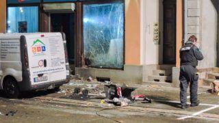 Döbeln, 2019. január 4. Rendőr vizsgálja a pusztítás nyomait az Alternatíva Németországnak (AfD) párt döbelni irodája előtt elkövetett robbantás után 2019. január 3-án éjjel. MTI/EPA/Sören Müller