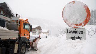 Filzmoos, 2019. január 8. Lavinaveszélyre figyelmeztetõ közlekedési jelzõtábla az ausztriai Filzmoosban 2019. január 8-án. Ausztria több tartományában nagy a lavinaveszély az utóbbi napokban lehullott, jelentõs mennyiségû hó miatt. MTI/EPA/Christian Bruna