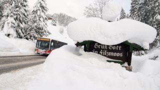 Filzmoos, 2019. január 8. Hó borít egy érkezõket köszöntõ táblát az ausztriai Filzmoos határában 2019. január 8-án. Ausztria több tartományában nagy a lavinaveszély az utóbbi napokban lehullott, jelentõs mennyiségû hó miatt. MTI/EPA/Christian Bruna