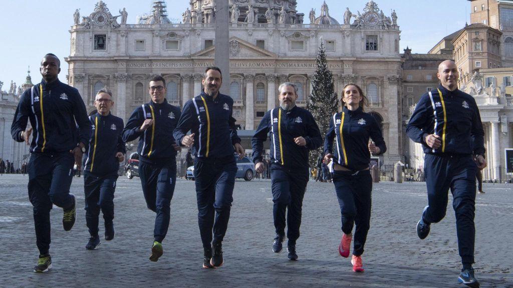 Vatikánváros, 2019. január 10.Az Athletica Vaticana, a szentszéki sportklub tagjai futnak riporterek felé a vatikáni Szent Péter téren 2019. január 10-én, miután bejelentették, hogy megalakult a Vatikán hivatalos atlétikai csapata. A Szentszék mintegy 60 alkalmazottja az első igazolt versenyzői – köztük svájci gárdisták, papok, apácák, gyógyszerészek, sőt, az apostoli könyvtár 62 éves professzora.MTI/EPA/ANSA/Maurizio Brambatti