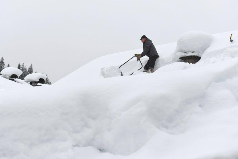 Unken, 2019. január 13. Háztetõrõl takarítja a havat egy férfi az ausztriai Salzburg tartományban fekvõ Unkenben 2019. január 13-án. Az elõzõ napokban szokatlanul nagy mennyiségû hó esett térségben. MTI/EPA/KERSTIN JOENSSON