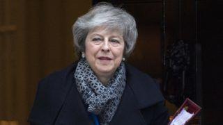 London, 2019. január 16. Theresa May brit miniszterelnök a parlamentbe indul a londoni kormányfõi rezidenciáról, a Downing Street 10-bõl 2019. január 16-án. Az elõzõ nap a képviselõk nagy többsége elutasította a brit EU-tagság megszûnésének feltételrendszerérõl az Európai Unióval kötött megállapodást. MTI/EPA/Facundo Arrizabalaga