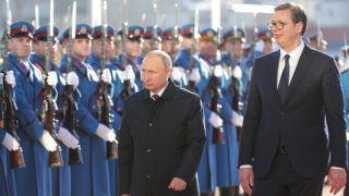 Belgrád, 2019. január 17.Aleksandar Vucic szerb (j) és Vlagyimir Putyin orosz elnök ellép a díszsorfal előtt a belgrádi fogadási ünnepségen 2019. január 17-én.MTI/EPA/Mihail Klimentyev