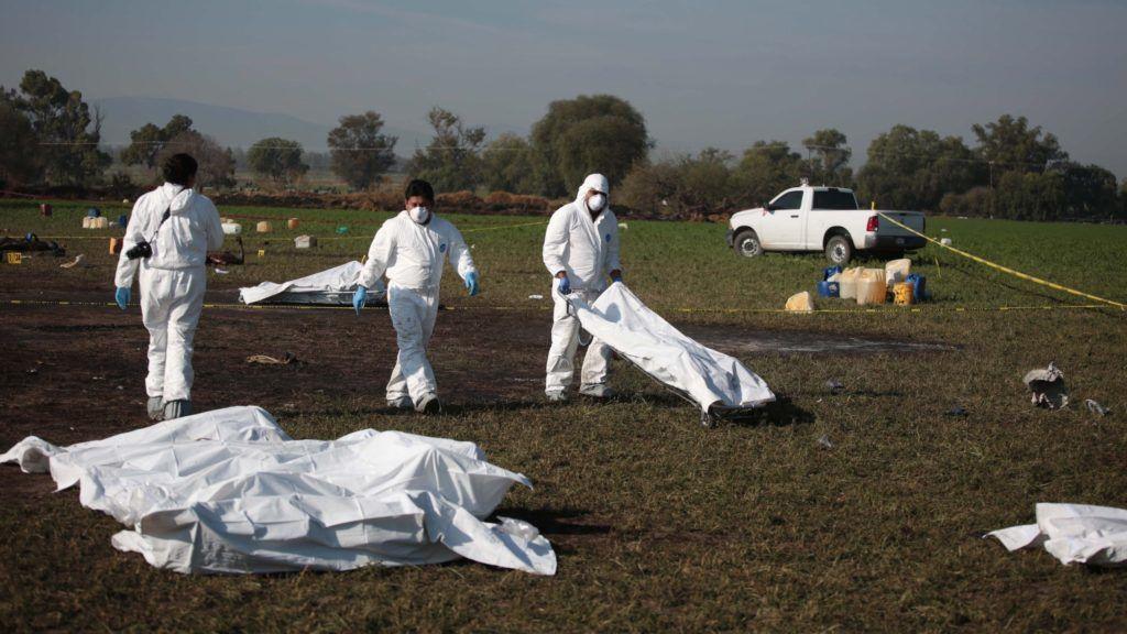 Tlahuelilpan, 2019. január 20. Elszenesedett holttesteket készülnek elszállítani helyszínelõk a Mexikóban felrobbant üzemanyag-vezetéktõl a Mexikóvárostól száz kilométerre, északra fekvõ Tlahuelilpan településen 2019. január 19-én. Az elõzõ napi robbanás halálos áldozatainak száma hetvenháromra emelkedett, hetvennégy sérültet kezelnek a helyi kórházakban égési sebekkel. A Tuxpan és Tula városok között futó vezeték kevéssel az után robbant fel, hogy tolvajok illegális csapoló nyílást fúrtak rajta és helybeliek gyûjteni kezdték a szétfolyó üzemanyagot. A lángokat órákba telt eloltani. MTI/EPA/EFE/Jorge Dan López