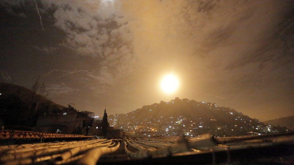 Damaszkusz, 2019. január 21. A szíriai légvédelmi rendszer elfogórakétái az Izraelbõl kilõtt rakétákat célozza Damaszkusz közelében 2019. január 21-én. Az izraeli hadsereg arról tájékoztatott, hogy támadásokat hajt végre iráni célpontok ellen Szíriában, a hadsereg az al-Kudsz iráni elitegység célpontjaira mér csapásokat. Izrael az elmúlt hónapokban sokszor hajtott végre légicsapásokat iráni célpontok ellen Szíriában. MTI/EPA/Juszef Badaui