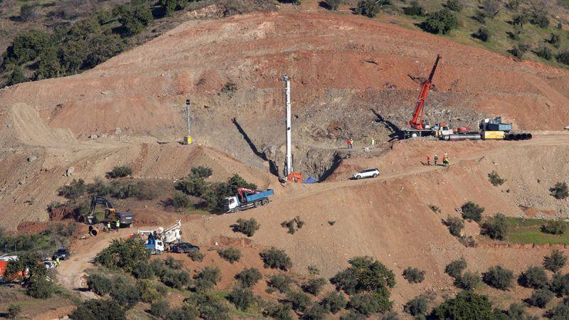 Málaga, 2019. január 22.Mentőalakulatok tagjai dolgoznak munkagépekkel 2019. január 22-én a dél-spanyolországi Málaga közelében, ahol egy kétéves spanyol kisfiú, Julen Rosello egy illegálisan fúrt, jelzés nélküli, legalább 110 méter mély kútba zuhant egy hegyvidéki farmon január 13-án. A mérnökök egy másfél méter átmérőjű, 60 méter mély lyukat fúrnak a kemény talajba párhuzamosan a kúttal, ezután pedig vízszintesen próbálnak átfúrni a kútba, hogy kimentsék a gyermeket.MTI/EPA/EFE/Daniel Perez