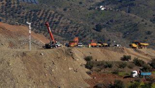 Totalán, 2019. január 22. Mentõalakulatok tagjai dolgoznak munkagépekkel 2019. január 22-én a dél-spanyolországi Totalán közelében, ahol egy kétéves spanyol kisfiú, Julen Rosello egy illegálisan fúrt, jelzés nélküli, legalább 110 méter mély kútba zuhant egy hegyvidéki farmon január 13-án. A mérnökök egy másfél méter átmérõjû, 60 méter mély lyukat fúrnak a kemény talajba párhuzamosan a kúttal, ezután pedig vízszintesen próbálnak átfúrni a kútba, hogy kimentsék a gyermeket. MTI/EPA/EFE/Daniel Perez