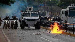 Caracas, 2019. január 24. Rohamrendõrök a caracasi kormányellenes tüntetésen 2019. január 23-án. Ezen a napon százezrek vonultak utcára Venezuela több nagyvárosában, követelve Nicolás Maduro államfõ lemondását, valamint azt, hogy az ellenzéki többségû parlament elnökét, Juan Guaidót nevezzék ki elnöknek.  A kormányellenes tüntetésekben eddig legkevesebb 13-an vesztették életüket. MTI/EPA/EFE/Cristian Hernández